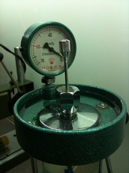 1970s ROLEX OYSTER WATER PROOFING TEST MACHINE - Imagen 2